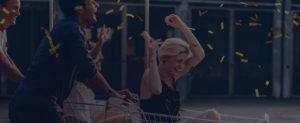 Lachende Frau in Einkaufswagen