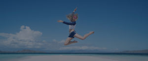 Springende Frau am Strand