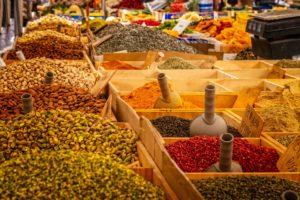 Markt mit Gewürzen und Nüssen