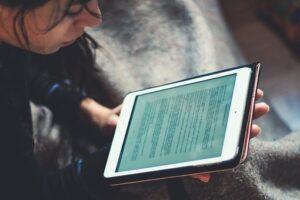 Studentin liest e-book