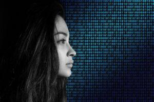 Frau in Digitalwelt